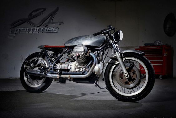 21 GRAMMES GUZZI RACER Big bore engine, Tonti frame and sporting triple discs, it's difficult to ask for a more splendid starting point for a custom machine. However, Paolo Martin's original design is very 'of it's time' and Philippe wanted a more classic Café look.