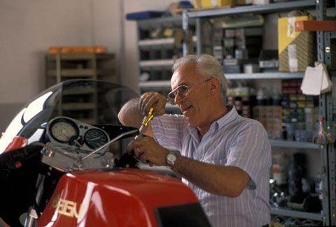 Arturo Magni in his shop in the 1990s preparing a Magni Moto Guzzi.