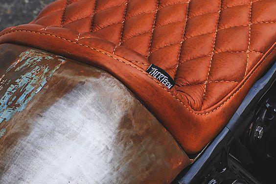 Beautiful Honda CB750 #CafeRacer 1972 by Thirteen And Company. Muy guapo el acabado de óxido y el tapizado del asiento de esta #Honda |