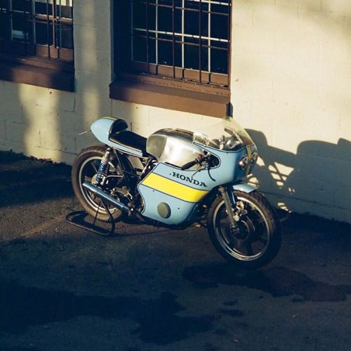 dropmoto:  Shadow dancer. Honda CB500 built by Chris Booth.