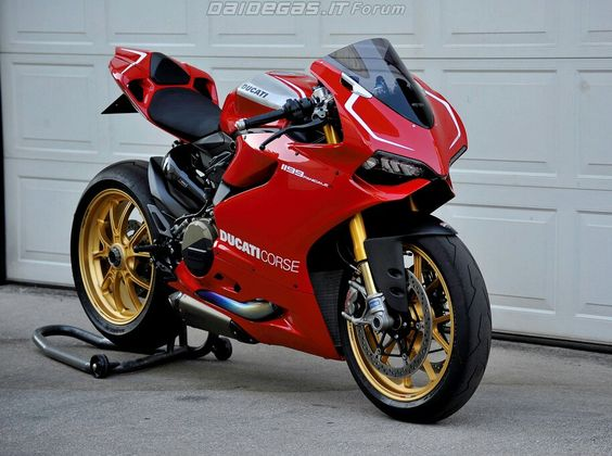 Panigale R. Note switch to standard Akrapovic after years of Termignoni. See entry in motogallerie #8 for reasoning.