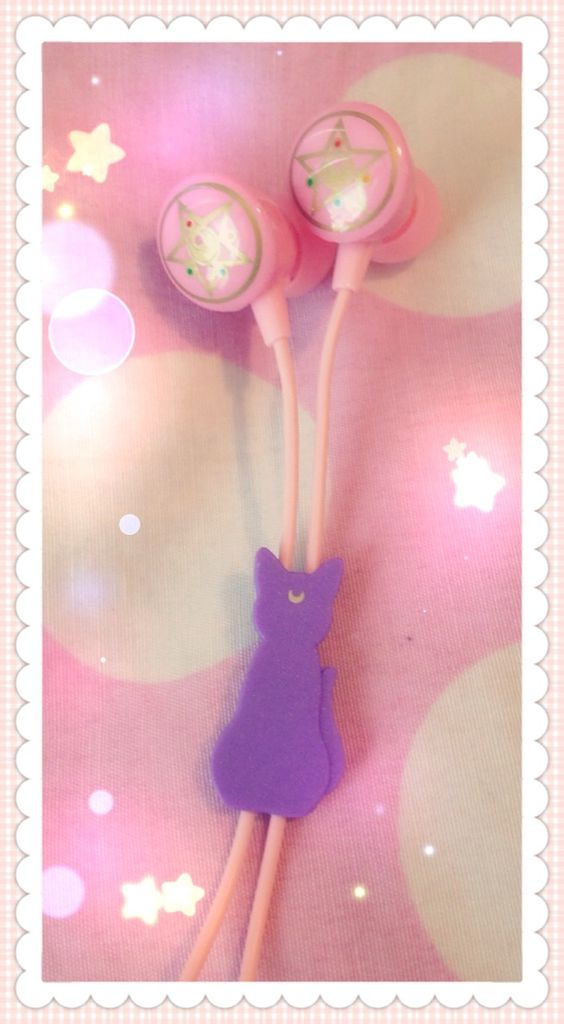 peachibunni: I love my new sailor moon luna earphones! Look at how cute Luna is!