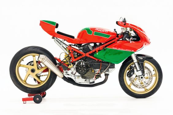 The Ducati 900SS 'Evoluzione': a thoroughly modern cafe racer with a hint of retro style.