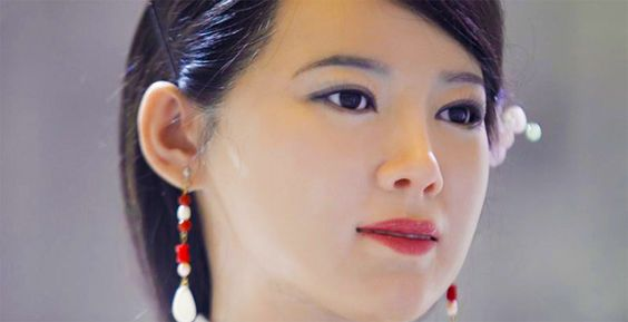 Uncanny Humanoid Robot Greets Visitors in China