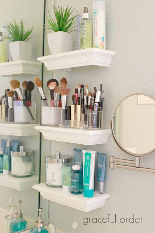 # 26.  No hay suficiente espacio en el mostrador?  Instale pequeños estantes para todo su esencial!  |  29 Sneaky Consejos para la Pequeña Espacio Habitable