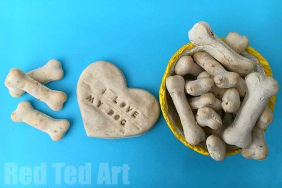 DIY Dog Treats Recipe - this Dog Biscuit Recipe is super easy and fun to make. Great gifts for your pet dogs at Christmas or on their birthday!