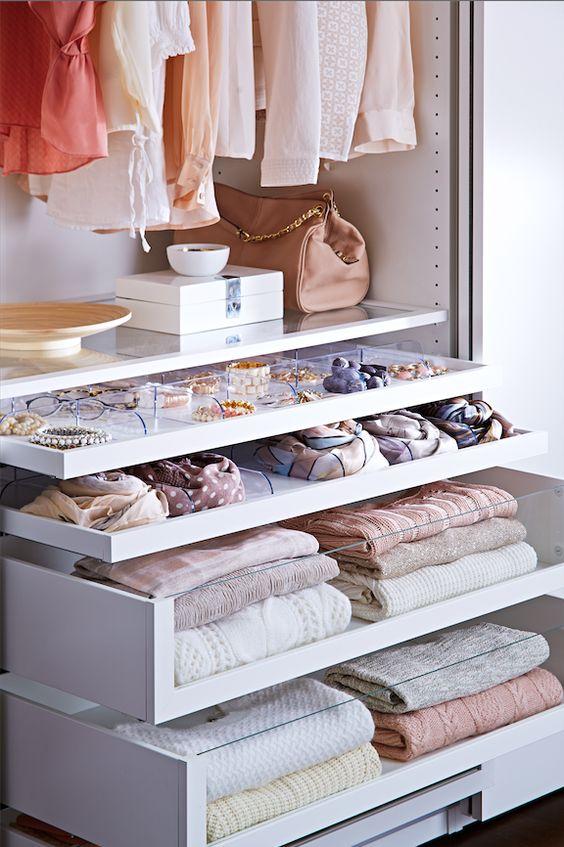 Le matin, peaufinez votre style et laissez l'organisation de la penderie aux accessoires KOMPLEMENT.