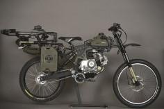 ミリタリー仕様はどうしてこうもカッコイイのか。 自転車とバイクの中間のような乗り物、それがモペット。エンジンを使って移動することもできればペダルを使って漕ぐこともできる優れもの。そんなモペット業界に