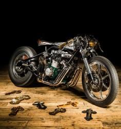 100% handmade! Kawazaki Z1000 #CafeRacer ''The Sword'' by EdTurner Motorcycles - Photos by François Richer. Impresionante #Kawasaki! Chasis rígido, depósito artesanal y un gran motor bien customizado |