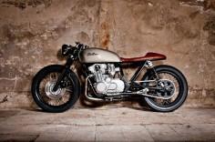 Beautiful Suzuki GS550 #CafeRacer ''Tintin'' by Mellow Motorcycles. Diseño despejado y ordenado, que ofrece una #Suzuki de alta pureza racer ¿Te gusta?