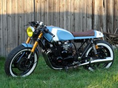 """""""Blue No. 5″ is another masterpiece of the Polish garage Clover Customs. Base – Yamaha XJ 900 83r. Fuel tank: rebuilt Honda GL750 by Customs Clover Painted by Clover Customs Front fork Yamaha yzf 750 Back made …"""