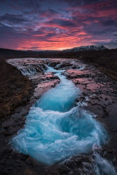 Bruarfoss is a hidden gem of Iceland. Isolated from the main road on the way to Geysir, we find a small turquoise waterfall that invites photographers to take shots at long exposure to capture the majesty of this wonder.