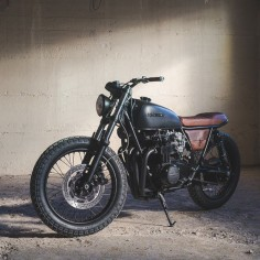 Definitely not your cookie-cutter Honda cafe racer: this CB550 from Canada's Federal Moto is rocking a big bore kit, high compression pistons, and bank of Keihin CR29 carbs. Oh, and a Yamaha YZF-R6 front end too.