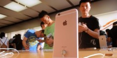 Lee Apple vuelve a ser acusada de jugar sucio con las operadoras