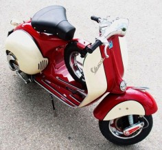 Loving the colour combination on this Vespa.