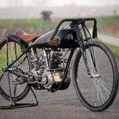 This eye catching bike is an enigma of sorts, it's called the Revatu Pea Shooter and it was built by Rene van Tuil of Revatu Customs in the