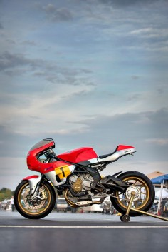 Walt Siegl, I'd wager, is the world's best custom Ducati builder. But it turns out that the machines from Bologna are not his only love. Walt has finally built a machine based around the superb MV triple—specifically, the Brutale 800. It's called 'Bol d'Or', and it's got a distinct endurance racer vibe.