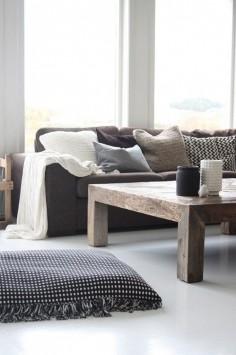 En brun sofa er en god måde at få jord-energi ind i dit hjem på. 45 Beautiful Scandinavian Living Room Designs