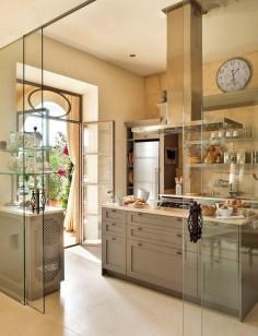 En la cocina Una gran puerta de cristal la independiza del comedor. Mobiliario diseñado por los propietarios y realizado por Bernadi
