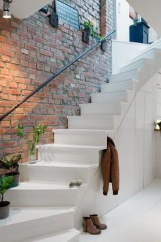 J'adore le contraste entre l'escalier blanc et le mur en brique