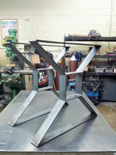 Moderne Table à manger  X  les jambes pieds en métal par DVAMetal