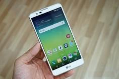 Nếu như năm ngoái LG có cho ra mắt 1 phiên bản sử dụng bút cảm ứng có tên là G4 Stylus thì năm nay, cũng là 1 sản phẩm khác thuộc phân khúc màn hình lớn, hỗ trợ bút cảm ứng có tên LG Stylus 2. Chiếc điện thoại này thuộc phân khúc tầm trung và cấu hình cũng không quá cao.