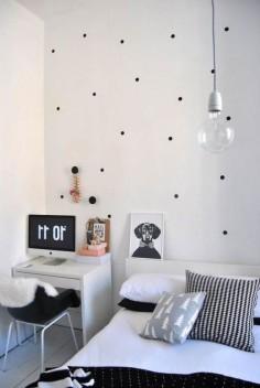 Quer dar um toque diferente para o quarto sem grandes mudanças? Aposte nos adesivos em forma de bolinha e deixe aquela parede lisa tomar conta da decor!