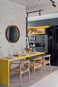 Sala de jantar com bancada recortada. Projeto de Andrea Pimentel