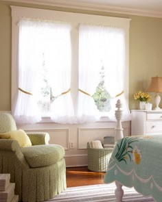Unabashedly feminine details, such as ruffles, ribbons, bows, upbeat hues, and cheerful prints -- including plaids and florals -- are the hallmarks of this country-inspired decor.