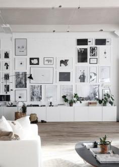 Viele Bilder an der Wand und darunter ein hübsches Regal gefällig? Schau Dich auf unserer Seite um und Du findest bestimmt etwas Passendes. Und was nicht passt, wird passend gemacht- mit unserem prämierten Möbel- Konfigurator.