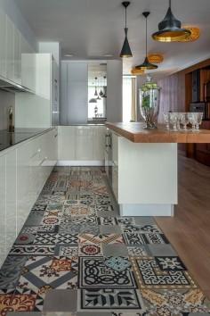 travelers tale 3 Distinctive and Captivating Travelers Apartment in Moscow sol patchwork en carreau de ciments dans cette cuisine tiles kitchen carrelage suspension light