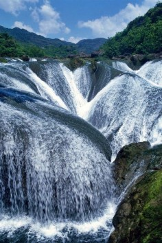 Pearl Shoal Waterfall | This spectacular waterfall arises from Yangtze river in China. It is one of the top ten most beautiful waterfalls in the world.