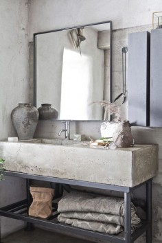 Raw textures of concrete in the bathroom